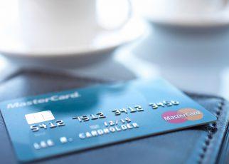 آیا تا به حال در مورد تفاوت کارت اعتباری و دبیت کارت فکر کرده اید؟ کارت های اعتباری Card) (Credit و کارت های بدهی (Debit Cards) در مکان های مشابه پذیرفته می شوند.